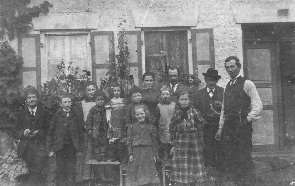 Glöggler mit Vater Robert, Mutter Maria u. Geschwister, 4. von rechts auf Hocker, 1914